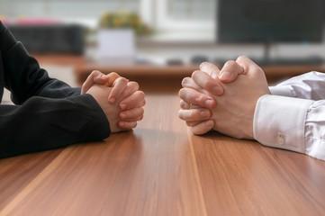 Deux paires de mains jointes
