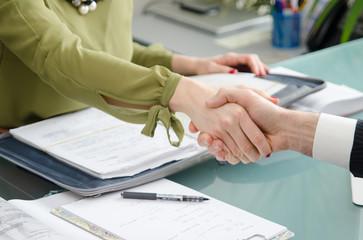 Poignée de main signature contrat