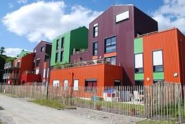 Vue de rue avec maisons multicolores