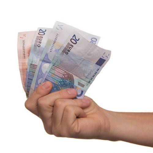 Main tenant billets de banque