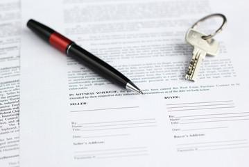 Contrat avec stylo et clés