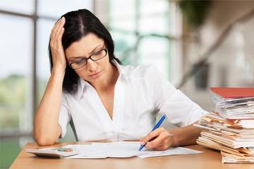 Femme calculant capacité d'emprunt